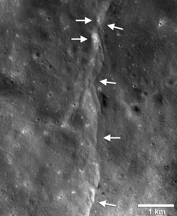 Mặt trăng đang teo... dần đi như trái nho khô - Ảnh 1.
