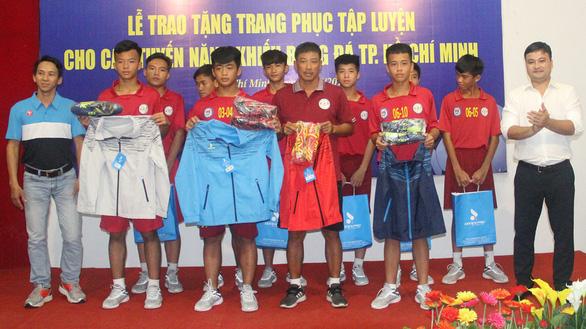Bóng đá trẻ TP.HCM được tài trợ giày và trang phục - Ảnh 1.