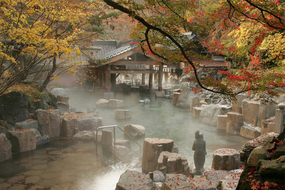 Bi đát tài chính, người Nhật muốn bán tắm tiên cho nhà đầu tư ngoại - Ảnh 1.