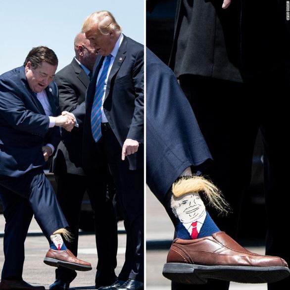Lãnh đạo Louisiana giơ chân khoe tất có hình ông Trump khi đón tổng thống - Ảnh 1.