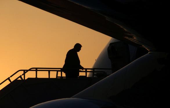 Lãnh đạo Louisiana giơ chân khoe tất có hình ông Trump khi đón tổng thống - Ảnh 6.