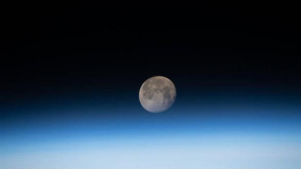 Phụ nữ đầu tiên sẽ lên Mặt trăng vào năm 2024? - Ảnh 2.