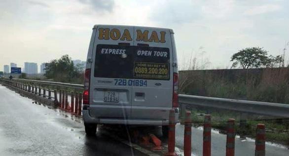 Chạy vào đường cấm, tài xế nói bị hành khách hối thúc - Ảnh 1.