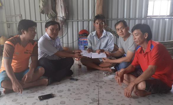 Trao gần 40 triệu đồng ủng hộ gia đình nghi ngạt khí CO2 ở xã đảo Thổ Châu - Ảnh 1.