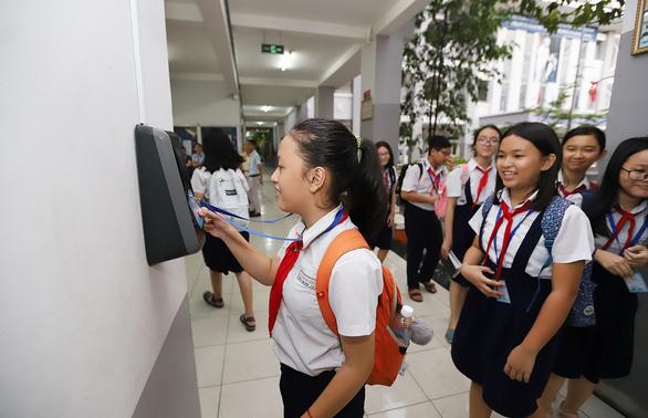 Học sinh TP.HCM quẹt thẻ thông minh để điểm danh, mua nước ở trường - Ảnh 1.
