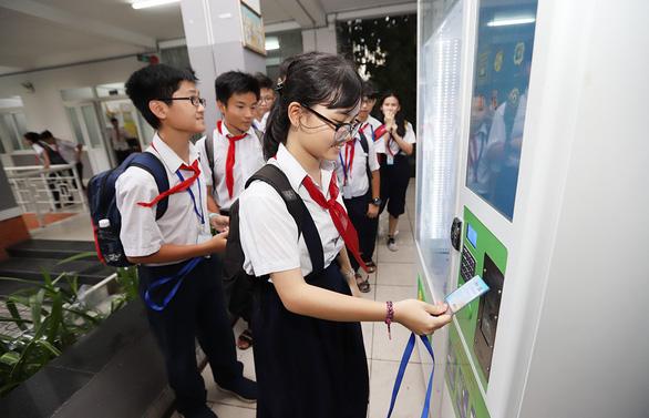 Học sinh TP.HCM quẹt thẻ thông minh để điểm danh, mua nước ở trường - Ảnh 4.