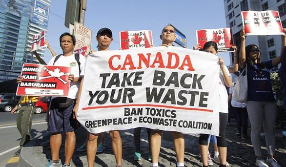 Philippines rút bớt quan chức ngoại giao để phản đối việc Canada không mang rác về - Ảnh 1.