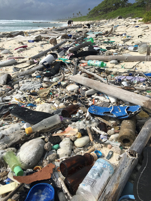Đảo nhỏ hứng 414 triệu mảnh rác nhựa - Ảnh 2.