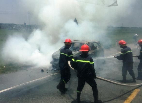 Ôtô trên đường đi bảo dưỡng bốc cháy trơ khung - Ảnh 1.