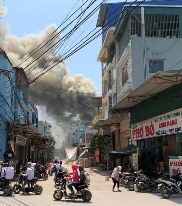 Nhiều xưởng đồ gỗ bị thiêu rụi ở Hà Nội - Ảnh 1.