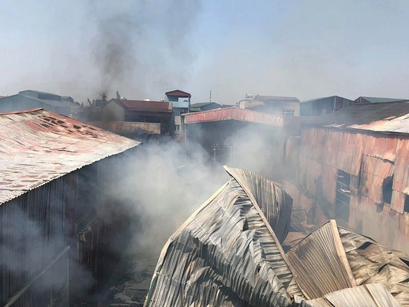 Nhiều xưởng đồ gỗ bị thiêu rụi ở Hà Nội - Ảnh 2.