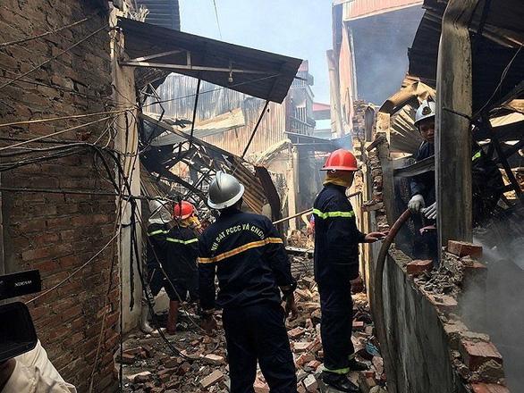 Nhiều xưởng đồ gỗ bị thiêu rụi ở Hà Nội - Ảnh 3.