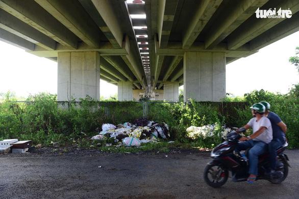 Xe thiếu chỗ đậu, gầm cầu cạn lại trở thành bãi rác - Ảnh 1.