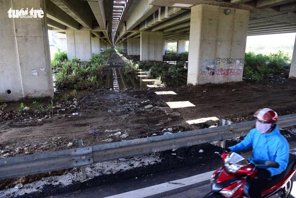 Xe thiếu chỗ đậu, gầm cầu cạn lại trở thành bãi rác - Ảnh 2.