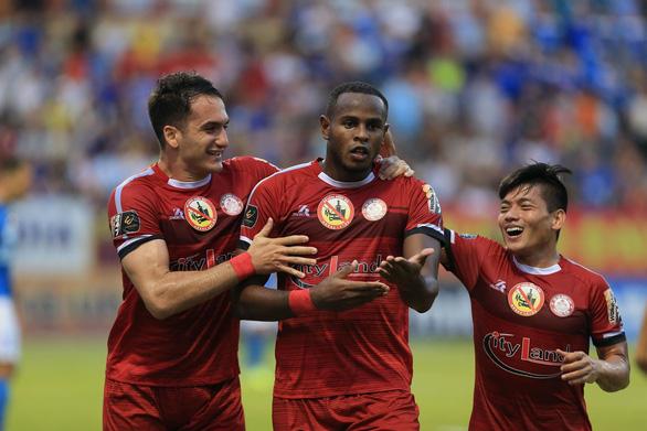 Sân Cửa Ông: Được trọng tài 'cứu' nhưng Than Quảng Ninh vẫn thua - Ảnh 1.