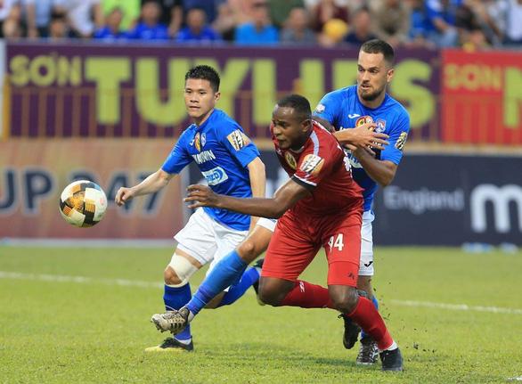 Sân Cửa Ông: Được trọng tài 'cứu' nhưng Than Quảng Ninh vẫn thua - Ảnh 2.