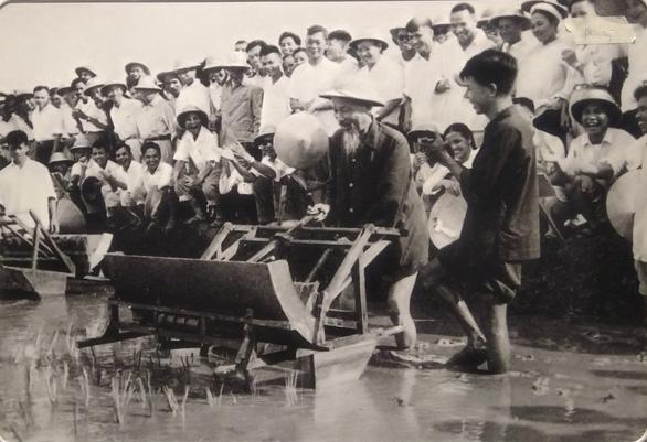 Xúc động ảnh Bác Hồ kéo lưới, tát nước, ngồi bệt cùng người dân - Ảnh 9.