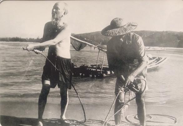 Xúc động ảnh Bác Hồ kéo lưới, tát nước, ngồi bệt cùng người dân - Ảnh 10.