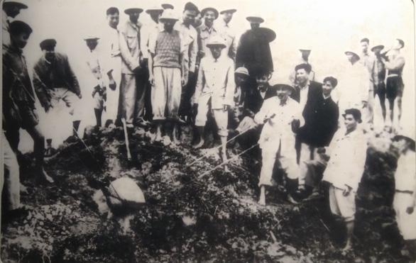 Xúc động ảnh Bác Hồ kéo lưới, tát nước, ngồi bệt cùng người dân - Ảnh 12.