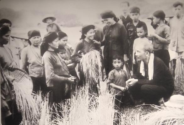 Xúc động ảnh Bác Hồ kéo lưới, tát nước, ngồi bệt cùng người dân - Ảnh 3.