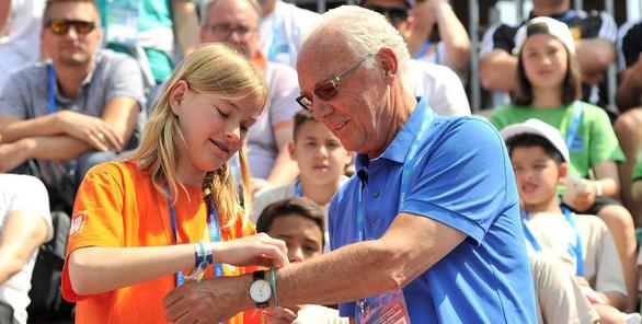 Cầu thủ nhí Việt Nam được giao lưu cùng huyền thoại Franz Beckenbauer - Ảnh 1.