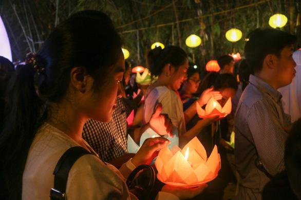 Lung linh đêm hội thả hoa đăng trên kênh Nhiêu Lộc - Ảnh 13.
