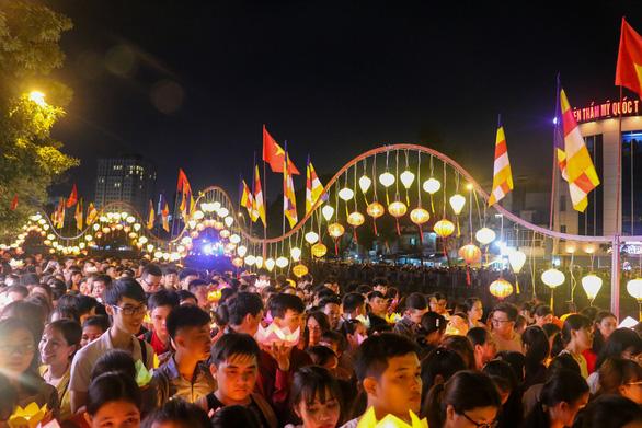 Lung linh đêm hội thả hoa đăng trên kênh Nhiêu Lộc - Ảnh 3.