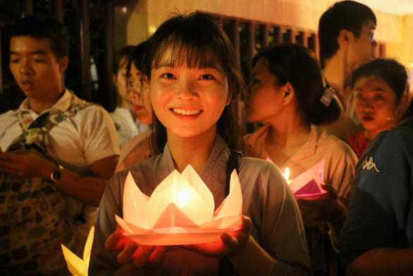 Lung linh đêm hội thả hoa đăng trên kênh Nhiêu Lộc - Ảnh 2.