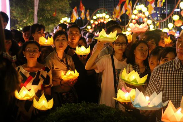 Lung linh đêm hội thả hoa đăng trên kênh Nhiêu Lộc - Ảnh 5.