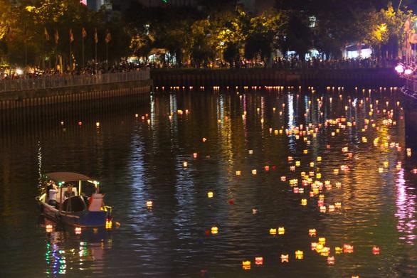 Lung linh đêm hội thả hoa đăng trên kênh Nhiêu Lộc - Ảnh 10.