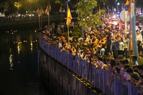 Lung linh đêm hội thả hoa đăng trên kênh Nhiêu Lộc - Ảnh 12.