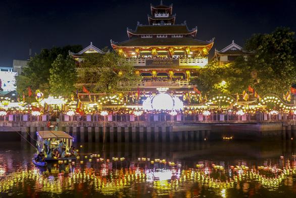 Lung linh đêm hội thả hoa đăng trên kênh Nhiêu Lộc - Ảnh 4.