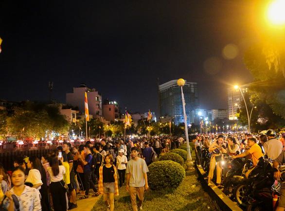 Lung linh đêm hội thả hoa đăng trên kênh Nhiêu Lộc - Ảnh 11.