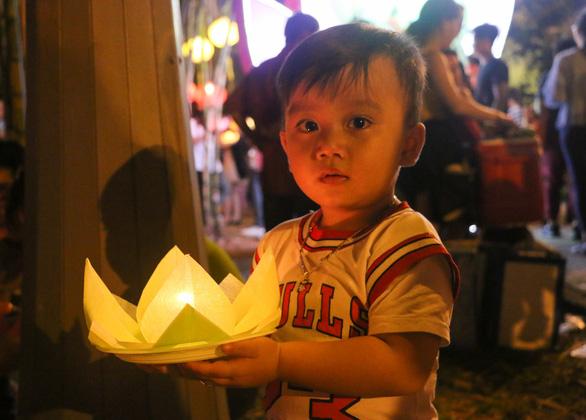 Lung linh đêm hội thả hoa đăng trên kênh Nhiêu Lộc - Ảnh 7.