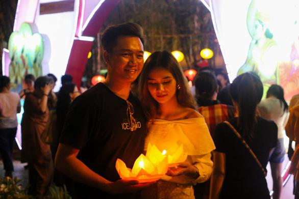 Lung linh đêm hội thả hoa đăng trên kênh Nhiêu Lộc - Ảnh 6.