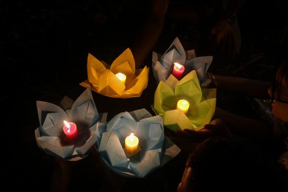 Lung linh đêm hội thả hoa đăng trên kênh Nhiêu Lộc - Ảnh 8.