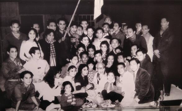 Xúc động ảnh Bác Hồ kéo lưới, tát nước, ngồi bệt cùng người dân - Ảnh 17.