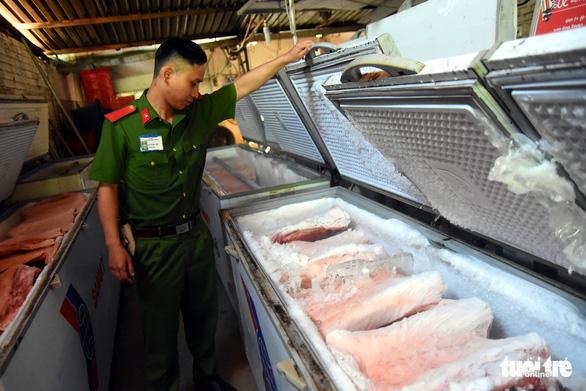 Tiêu hủy hơn 4 tấn thịt bị dịch tả heo châu Phi tại một kho lạnh - Ảnh 1.