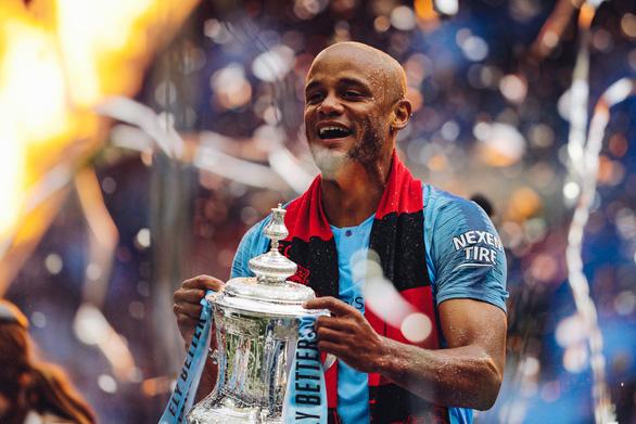Đội trưởng Kompany chia tay Manchester City sau cú ăn 3 lịch sử - Ảnh 1.
