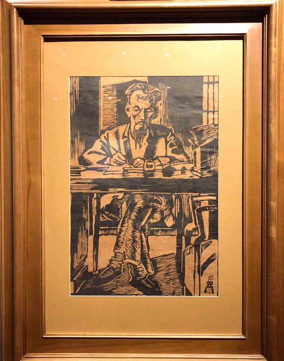 Xem tranh vẽ Bác của Tô Ngọc Vân, Mai Văn Hiến bên bờ hồ Gươm - Ảnh 2.
