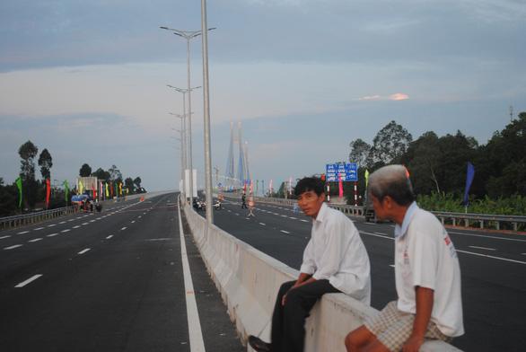 Người dân háo hức chờ lên cầu Vàm Cống - Ảnh 2.