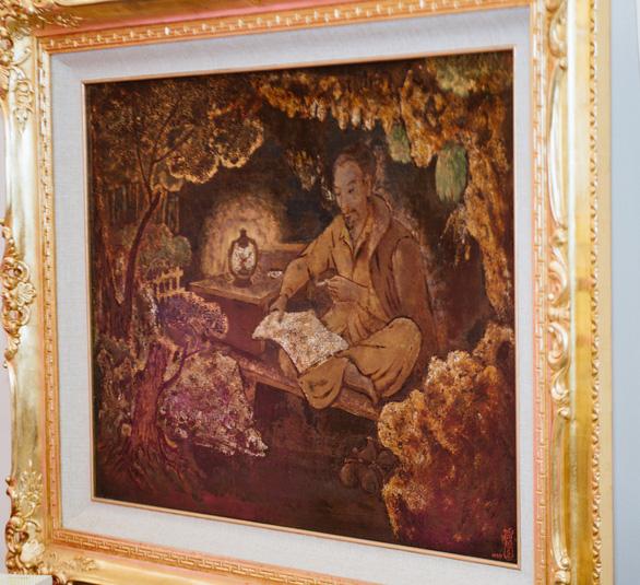 Xem tranh vẽ Bác của Tô Ngọc Vân, Mai Văn Hiến bên bờ hồ Gươm - Ảnh 4.