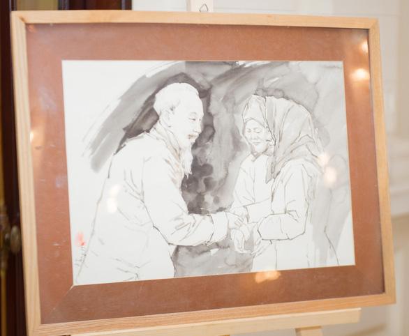 Xem tranh vẽ Bác của Tô Ngọc Vân, Mai Văn Hiến bên bờ hồ Gươm - Ảnh 5.