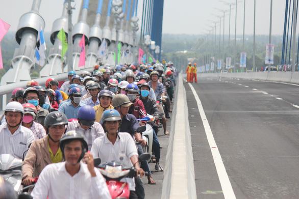 Hàng vạn người dân vui mừng lần đầu tiên đi qua cầu Vàm Cống - Ảnh 3.