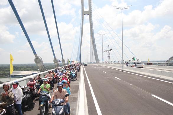Hàng vạn người dân vui mừng lần đầu tiên đi qua cầu Vàm Cống - Ảnh 4.