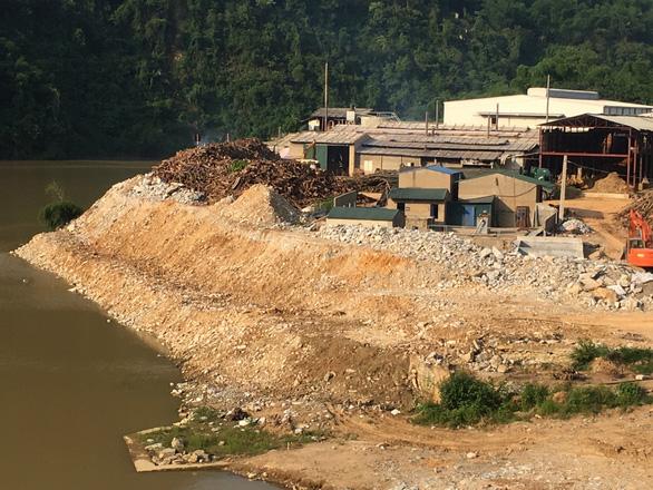 Tháo dỡ xong bờ kè đá xây dựng trái phép, lấn chiếm sông Mã - Ảnh 1.