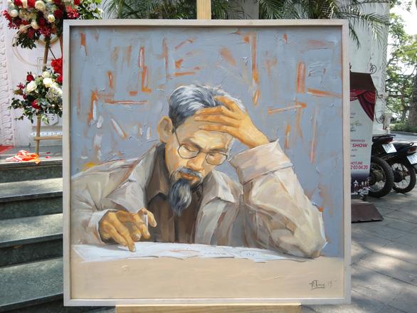 Xem tranh vẽ Bác của Tô Ngọc Vân, Mai Văn Hiến bên bờ hồ Gươm - Ảnh 6.