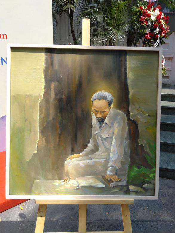 Xem tranh vẽ Bác của Tô Ngọc Vân, Mai Văn Hiến bên bờ hồ Gươm - Ảnh 7.
