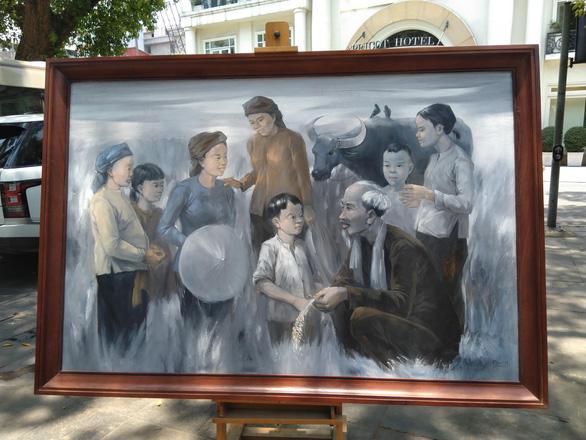 Xem tranh vẽ Bác của Tô Ngọc Vân, Mai Văn Hiến bên bờ hồ Gươm - Ảnh 8.