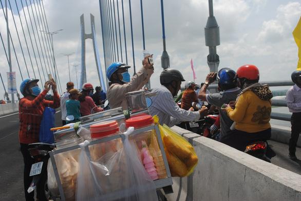 Dân chờ cả đời nay được đặt chân lên cầu Vàm Cống - Ảnh 7.